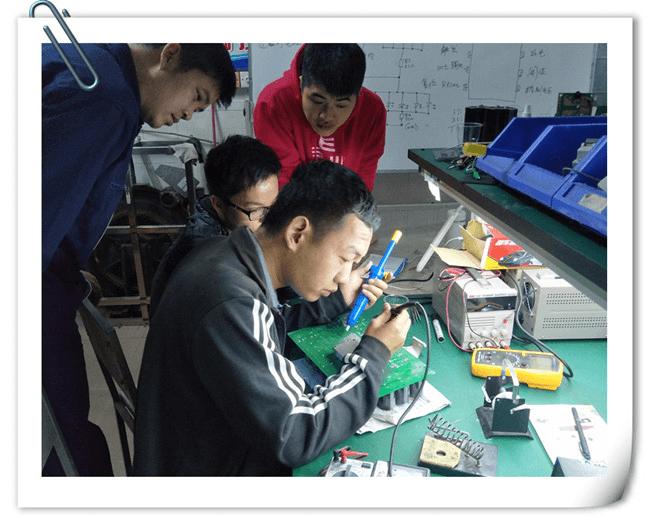 来自宁夏的学员在实操室练习电路板维修技能.png